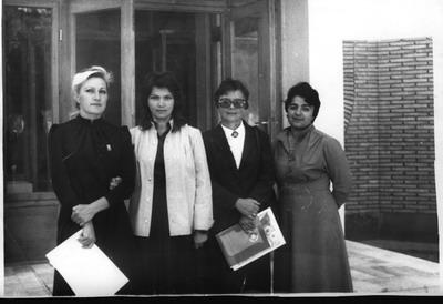 ЦВГ г. Кабул, 1986-1988, у входа в здание Советско-афганской дружбы (территория ЦВГ), слева-направо Егорова Светлана Викторовна, Прокопенко Евгения, Семиненко Ж.